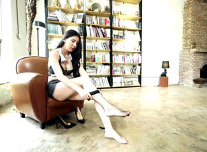 Long-legged Asian woman Li Lisha in..